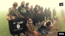 Kelompok militan ISIS bersama para sandera di Afghanistan timur (foto: dok).