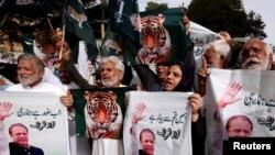 مسلم لیگ (ن) کے کارکن کراچی میں نواز شریف کی سزا کے خلاف احتجاج کر رہے ہیں۔