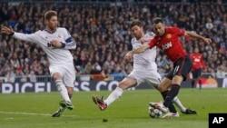 Ryan Giggs, à droite, lors d'un match entre Manchester United et le Real Madrid.
