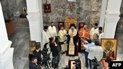 Episkop Eparhije raško-prizrenske i kosovsko-metohijske Teodosije sa sveštenstvom služi parastos žrtvama nasilja, koje se dogodilo 17. i 18. marta 2004. godine na Kosovu i Metohiji