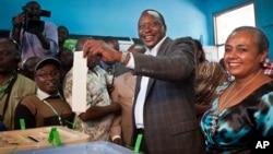 지난 4일 케냐 대통령 선거에서 투표하는 우후루 케냐타 후보(가운데)와 부인(왼쪽).