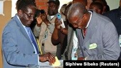 31일 짐바브웨에서 대통령 선거를 치른 가운데, 로버트 무가베 대통령(왼쪽)이 하라레의 한 투표소에서 투표하고 있다.