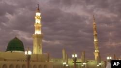 Ảnh tư liệu - Những tín đồ đến thăm Thánh điện của Nhà tiên tri tại thành phố Medina, Ả-rập Xê Út, ngày 5 tháng 7 năm 2013.