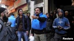 Humus'ta sivilleri tahliye etme çalışmaları yürüten BM görevlileri
