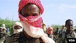 Anggota kelompok Al-Shahab sedang berlatih di distrik Sugaholaha di Mogadishu bagian utara (Photo: VOA).