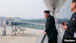 Lãnh tụ Bắc Triều Tiên Kim Jong Un thị sát công trường xây dựng Nhà ga số 2 của sân bay quốc tế Bình Nhưỡng.