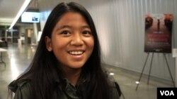 កុមារី និត បូនីតា អាយុ១០ កូនស្រីរបស់អ្នកស្រី និត បញ្ញា បានអមដំណើរម្តាយ មកទស្សនាការបញ្ចាំងភាពយន្ត«មុនដំបូងខ្មែរក្រហមសម្លាប់ប៉ារបស់ខ្ញុំ» នៅរោងភាពយន្តក្នុងមហាវិទ្យាល័យ Montegomery College នៅទីក្រុង Silver Spring រដ្ឋ Maryland កាលពីថ្ងៃទី២០ ខែតុលា ឆ្នាំ២០១៧។ (VOA)