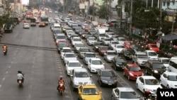 Morning traffic in Bangkok, named as the world's eight worst city for road congestion, Jan. 22, 2015. (Steve Herman/VOA News)