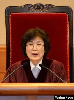 10일 서울 헌법재판소 대심판정에서 열린 박근혜 대통령 탄핵 심판 사건 선고에서 이정미 헌법재판소장 권한대행이 선고문을 낭독하고 있다.