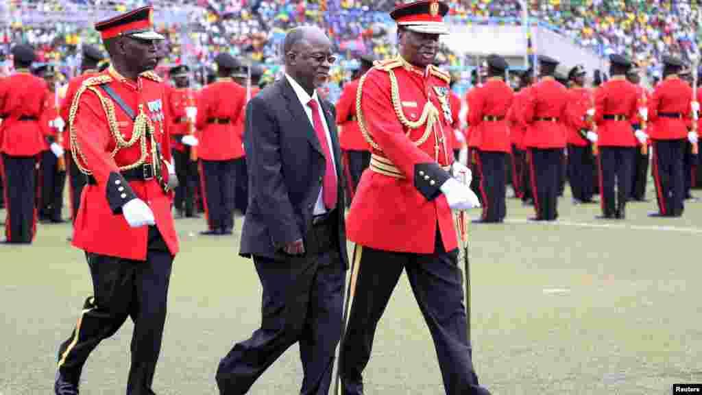 John Pombe Magufuli, le nouveau président élu de la Tanzanie, passe en revue les troupes lors de la cérémonie de prestation de serment au stade Uhuru à Dar es Salam, 5 novembre 2015.REUTERS/Emmanuel Herman