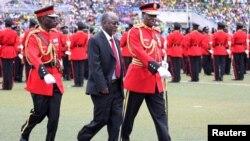 Rais John Magufuli akikagua gwaride la kijeshi wakati wa sherehe za kuapishwa kwake kwenye uwanja wa michezo wa Uhuru mjini Dar es Salaam.