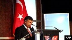 Milli Savunma Bakanı İsmet Yılmaz, Türk-Amerikan Konseyi yıllık toplantısında konuşurken (1 Kasım, 2011)