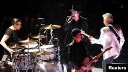 """U2 saat menggelar konser dalam tur """"Experience + Innocence"""" di The Forum di Inglewood, California, 16 Mei 2018."""