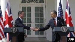 Britanski premijer Dejvid Kameron i predsednik Barak Obama rukuju se tokom konferencije za novinare u Beloj kući