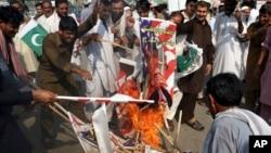 8月30日巴基斯坦抗議者焚燒美國總統川普圖像。