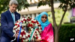 케냐를 방문 중인 존 케리 미국 국무장관(왼쪽)이 4일 1998년 나이로비 미국 대사관 폭탄 테러 기념관을 방문해, 당시 피해자인 루키아 알리 씨와 함께 헌화하고 있다.