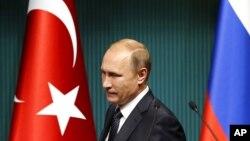 Para pengamat mengatakan, Brexit telah menguntungkan strategi Vladimir Putin yang lebih besar untuk Eropa.