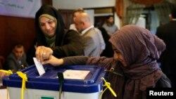 14일 레바논 주재 이란 대사관에 재외 대통령 선거 투표에 참여한 이란 유권자들.