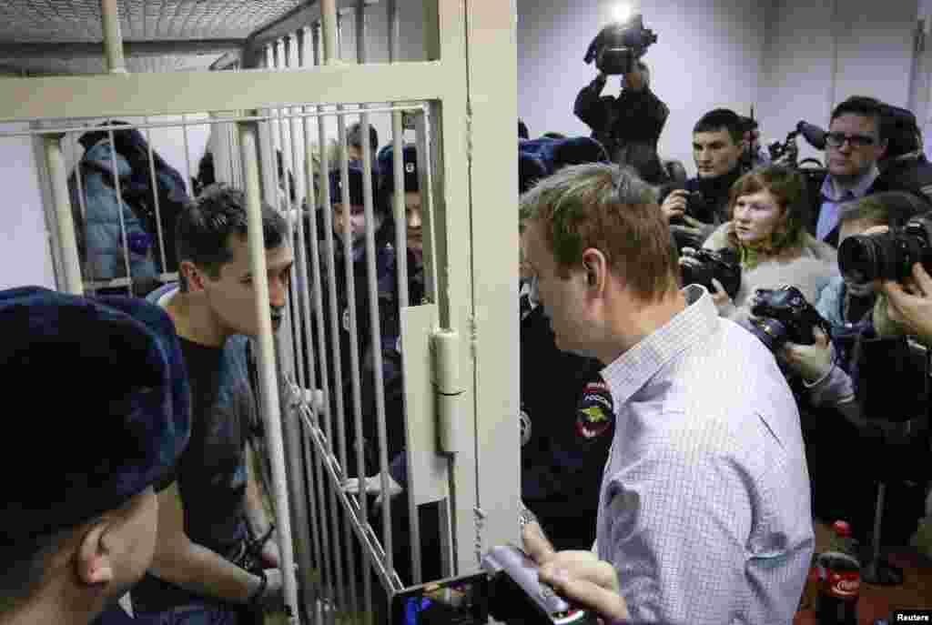 Aleksey Navalnı məhkəmədə qardaşı Oleqlə söhbət edir - Moskva, 30 dekabr, 2014