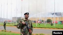 Un militaire déployé prés de l'aéroport Jomo Kenyatta à Nairobi