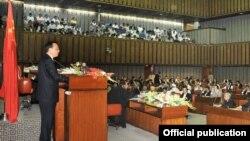 مسٹر لی پاکستانی سینیٹ سے خطاب کررہے ہیں