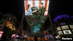 在中国北京的一个购物中心,中国媒体报道了中国国家主席习近平和朝鲜领导人金正恩的会晤。(2019年1月10日)