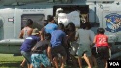 Stanovnici filipinskog mesta Lavan prihvataju humanitarnu pomoć iz jednog od helikoptera američke mornarice