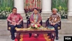 Menteri Luar Negeri Retno Marsudi (tengah) didamping Staf Ahli Menteri Luar Negeri bidang Hubungan Antarlembaga Salman Al-Farisi (kanan) meluncurkan Program Bantuan Kemanusiaan bagi Mynmar di kementerian luar negeri, Jakarta, Kamis 31/8. (Foto: VOA/Fathiyah)