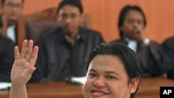 Accused Indonesian Mohammed Jibril Abdurahman waves before his trial at a court in Jakarta (File)