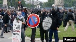 2016年6月14日,带着面具的年轻人在示威游行中与警察发生冲突,二十多人受伤。(路透社)