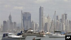 Seorang pria sedang mengemudikan kapal kecil diantara kapal-kapal kecil mewah yang hendak merapat di kota Panama (Foto: dok). Gempa berkekuatan 6,6 SR mengguncang kota ini, Minggu malam (3/6).