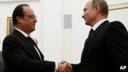 지난해 11월 모스크바를 방문한 프랑수아 올랑드 프랑스 대통령(왼쪽)이 블라디미르 푸틴 러시아 대통령과 악수하고 있다.