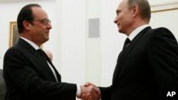 블라디미르 푸틴 러시아 대통령(오른쪽)이 26일 모스크바에서 프랑수아 올랑드 프랑스 대통령과의 정상회담에 앞서 악수하고 있다.