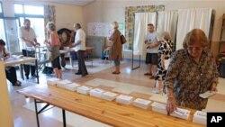 프랑스 남부 폴링역에 마련된 투표소를 찾은 유권자들