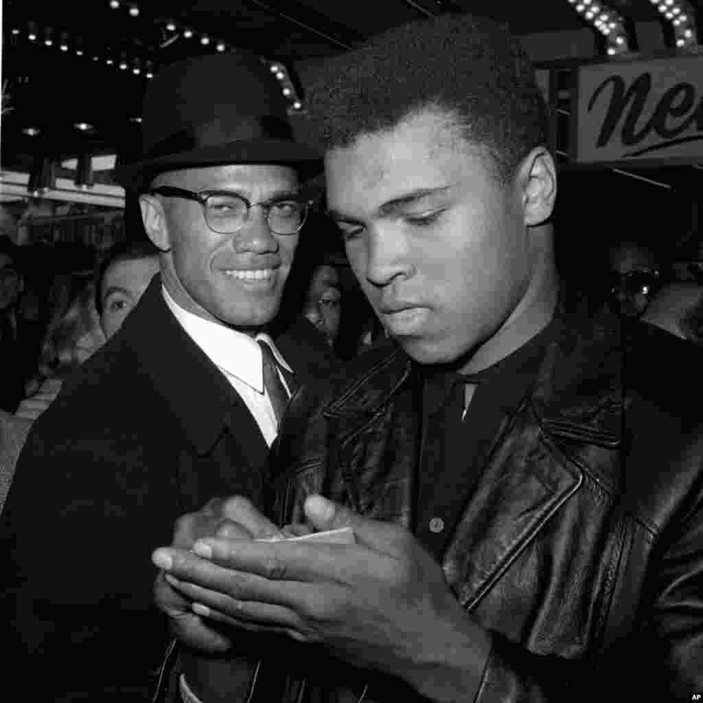 រូបឯកសារ៖ ជើងឯកកីឡាប្រដាល់ទម្ងន់ធ្ងន់លោក Muhammad Ali (ខាងស្តាំ) និងមេដឹកនាំជនមូស្លីមស្បែកខ្មៅលោក Malcolm X ក្នុងក្រុងញូវយ៉ក កាលពីថ្ងៃទី០១ ខែមិនា ឆ្នាំ១៩៦៤។ លោក Ali បានស្លាប់នៅក្រុង Phoenix រដ្ឋ Arizona ក្នុងអាយុ ៧៤ឆ្នាំ។