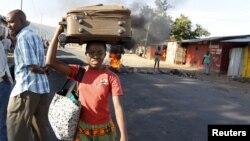 Une femme fuyant les affrontements entre des manifestants et des éléments de la sécurité à Bujumbura le 28 april 2015.