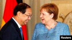 德國總理默克爾在梅塞堡接見中國駐德國大使史明德。 (2018年7月6日)