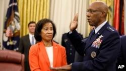 小查尔斯·布朗上将在手持圣经的妻子的陪伴下在白宫椭圆形办公室宣誓就任空军参谋长。(2020年8月4日)