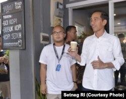 Presiden Jokowi ditemani pemilik warung kopi di kawasan Cipete, Jakarta, Andanu Prasetyo atau kerap disapa Tyo.