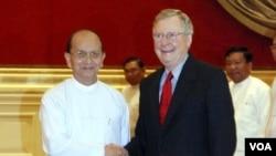 Presiden Burma Thein Sein (kiri) menyambut kunjungan Senator AS, Mitch McConnell di istana Presiden di Naypyitaw (20/1).