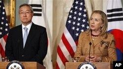 14일 미·한 외교·국방장관 회의에 이은 기자회견장에서 김성환 한국 외교장관(왼쪽)과 힐러리 클린턴 미 국무장관.