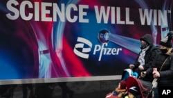 """""""მეცნიერება გაიმარჯვებს"""" - წარწერა """"ფაიზერის"""" მთავარ ოფისთან ნიუ-იორკში"""