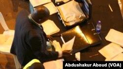 Maafisa wa IEBC wakithibitisha kura katika makao makuu Bomas, mjini Nairobi, Kenya.