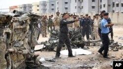 Polisi Irak mengamankan lokasi setelah terjadinya serangan bom bunuh diri (foto: dok).