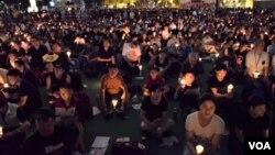 香港支聯會宣佈有11萬人參與維園六四燭光集會,是9年新低紀錄 (美國之音 湯惠芸攝)