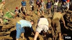 Warga menggali di lokasi tanah longsor di Nepal (foto: dok).