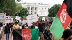 На фото: мітингувальники перед Білим домом