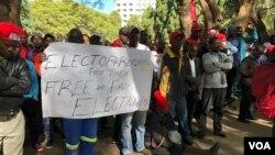 L'opposition proteste contre le refus de la Commission électorale du Zimbabwe de publier le tableau des électeurs pour les élections du 30 juillet 2018 (S.Mhofu pour VOA)