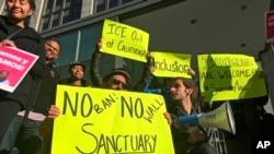 """Демонстранты в Калифорнии держат плакаты в поддержку """"городов-убежищ"""""""