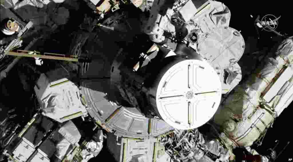 اولین تیمِ «تمامزنانه» فضانوردان ناسا روز جمعه (۲۶ مهر) گامبرداری فضایی تاریخساز خود را آغاز کردند.